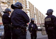 Un jeune homme âgé d'une vingtaine d'année est mort de ses blessures mercredi après avoir été touché à la tête, au fusil de chasse, dans la cité des Oliviers dans le XIIIe arrondissement de Marseille en début d'après-midi par un ou plusieurs tireurs qui ont pris la fuite. /Photo prise le 27 février 2013/REUTERS/Jean-Paul Pélissier