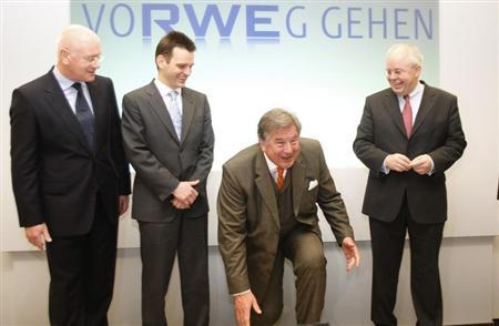 Members of the board Ulrich Jobs, Leonhard Birnbaum, Juergen Grossmann, CEO of German multi-utility RWE and Rolf Pohlig (L-R) pose before the annual news conference in Essen February 26, 2009. REUTERS/Ina Fassbender