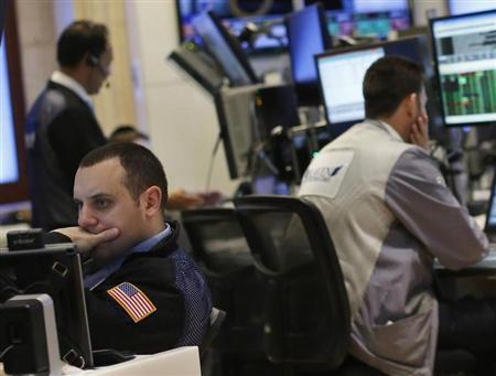 Traders work on the floor of the New York Stock Exchange, February 27, 2013. REUTERS/Brendan McDermid (UNITED STATES - Tags: BUSINESS) - RTR3ECUN