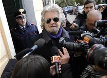 Líder do Movimento 5 Estrelas e comediante Beppe Grillo fala com a mídia depois de votar em seção eleitoral, em Genoa, na Itália. O líder populista disse que apoiaria medidas individuais no Parlamento, mas não daria um voto de confiança a qualquer governo liderado por partidos tradicionais. 25/02/2013 REUTERS/Giorgio Perottino