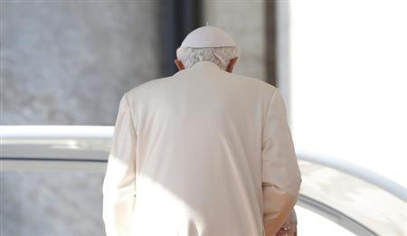 Pope Benedict XVI leaves after his last general audience in St Peter's Square at the Vatican February 27, 2013. REUTERS/Alessandro Bianchi