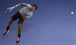 Roger Federer se impuso al español Marcel Granollers por 6-3 y 6-4 en el Campeonato de Dubái el miércoles, logrando una plaza en los cuartos de final en los que se enfrentará a Nikolay Davydenko. En la imagen de archivo, Federer saca en su partido contra Granollers. REUTERS/Jumana El Heloueh