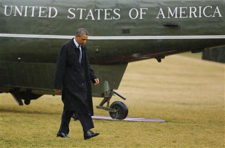 U.S. President Barack Obama walks on the South Lawn after stepping off Marine One in the rain after returning to the White House in Washington from Newport News, Virginia, February 26, 2013. REUTERS/Larry Downing