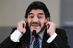 A ex-estrela argentina de futebol Diego Maradona gesticula durante coletiva de imprensa em Nápoles, Itália. 26/02/2013 REUTERS/Ciro de Luca