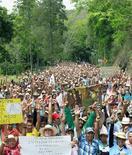 Cafeteros durante una manifestación en Bolombolo, Colombia, feb 16 2013. El Gobierno de Colombia condicionó el miércoles el inicio de un diálogo con los cafeteros a que levanten de inmediato los bloqueos de carreteras que realizan desde hace tres días para exigir más ayuda gubernamental para el deprimido sector. REUTERS / Albeiro Lopera