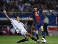 El Sevilla completó el miércoles la cesión del capitán de la selección bosnia, Emir Spahic, al Anzhi Makhachkala tras la firma del contrato por parte del jugador con el equipo de la Premier League rusa hasta final de temporada. En la imagen, Spahic (izquierda) lucha por un balón con Messi en un partido de Liga. REUTERS/Marcelo del Pozo