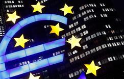 Los gobiernos de la zona euro estudian maneras de ayudar a Portugal e Irlanda a volver rápidamente a los mercados de capital y han expresado una preferencia por retrasar el pago de préstamos de rescate de ambos estados, dijeron el miércoles fuentes familiarizadas con el tema. En la imagen, el símbolo iluminado del euro ante la sede del Banco Central Europeo (BCE) en Fráncfort, el 8 de enero de 2013. REUTERS/Kai Pfaffenbach