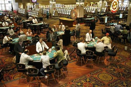 Gamblers play black jack moments after gaming was allowed to resume at Caesar's in Atlantic City, New Jersey July 8, 2006. REUTERS/Tim Shaffer