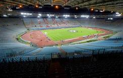 La Lazio fue sancionada a jugar sus dos próximos partidos de competiciones europeas como local a puerta cerrada después de que sus seguidores fueran declarados culpables de conducta racista, según anunció el club italiano. En la imagen de archivo, el Olímpico de Roma en un partido de Liga de Campeones disputado a puerta cerrada en 2004. REUTERS/Giampiero Sposito