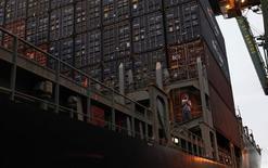 Imagen de archivo de un contenedor en el terminal portuario de Santos, Brasil, sep 20 2012. Brasil superó el miércoles las expectativas de los analistas al reportar un superávit presupuestario primario récord de 30.251 millones de reales (15.000 millones de dólares) para enero, dijo el Banco Central. REUTERS/Nacho Doce