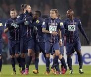 Le Parisien Zlatan Ibrahimovic (2e à gauche), félicité par ses coéquipiers. Trois jours après avoir battu l'OM en championnat, le Paris Saint-Germain a récidivé mercredi en huitième de finale de la Coupe de France en signant une victoire sur le même score mais cette fois-ci plus sereine et pleine d'autorité (2-0). /Photo prise le 27 février 2013/REUTERS/Jacky Naegelen
