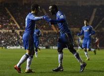 Victor Moses (à droite) de Chelsea et son coéquipier Eden Hazard. Chelsea s'est imposé 2-0 sur la pelouse de Middlesbrough, club de deuxième division, mercredi en huitièmes de finale de la Cup et affrontera donc Manchester United dans un quart de finale alléchant. /Photo prise le 27 février 2013/REUTERS/Nigel Roddis