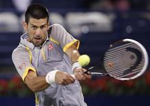 Novak Djokovic devolve bola na partida em que venceu o espanhol Roberto Agut em Duba nesta quarta-feira. REUTERS/Ahmed Jadallah