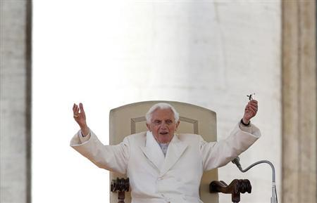 Pope Benedict XVI greets the crowd during last general audience in St Peter's Square at the Vatican February 27, 2013. REUTERS/Alessandro Bianchi