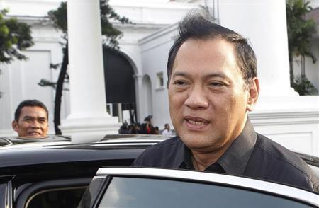 Indonesian Finance Minister Agus Martowardojo leaves the presidential compound after attending a meeting in Jakarta February 25, 2013. REUTERS/Supri
