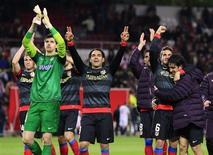 El Atlético de Madrid y el Real Madrid se enfrentarán en la final de la Copa del Rey después de que los rojiblancos lograran la clasificación el miércoles al empatar 2-2 en Sevilla, con un total de 4-3 a favor en la semifinal. En la imagen del 27 de febrero, los jugadores del Atlético celebran su triunfo en la semifinal en el encuentro disputado en el Ramón Sánchez Pizjuán. REUTERS/Marcelo del Pozo