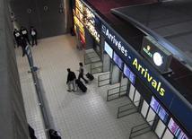 A l'aéroport Roissy-Charles-de-Gaulle. Aéroports de Paris a décidé de proposer une nette hausse de son dividende au titre de 2012 après des résultats conformes aux attentes et vise pour 2013 une légère croissance de ses résultats sur la base d'une stabilité du trafic. /Photo d'archives/REUTERS/Mal Langsdon
