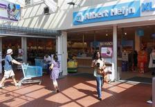 Supermarché Albert Heijn à Utrecht, une enseigne du groupe Ahold. L'opérateur néerlandais de supermarchés a augmenté son dividende et compte racheter pour 500 millions euros d'actions. /Photo d'archives/REUTERS/Michael Kooren