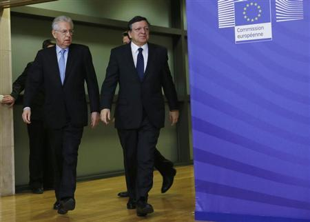 European Commission President Jose Manuel Barroso walks with Italian Prime Minister Mario Monti (L) ahead of a meeting at the EU Commission headquarters in Brussels February 27, 2013. REUTERS/Francois Lenoir (BELGIUM - Tags: POLITICS) - RTR3ED03