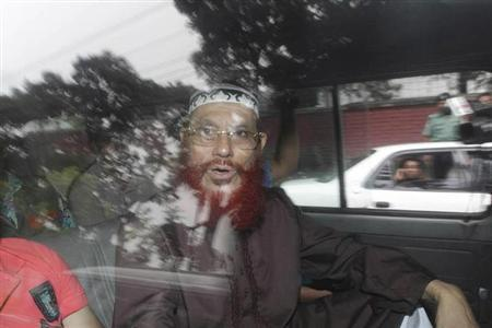Delwar Hossain Sayedee, a central executive committee member of Bangladesh Jamaat-e-Islami is seen in a car as police arrest him in Dhaka June 29, 2010. REUTERS/Shafiuddin Ahmed Bitu
