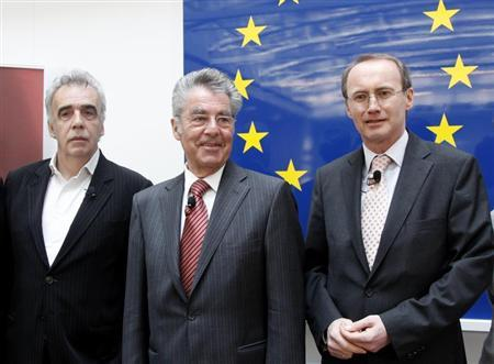 Othmar Karas, delegate of the European Parliament and member of Austria's Peoples Party (OeVP), Austrian President Heinz Fischer and Green Party member Johannes Vogenhuber (L) pose for photographers before a discussion about European Union issues in Vienna April 9, 2010. REUTERS/Leonhard Foeger