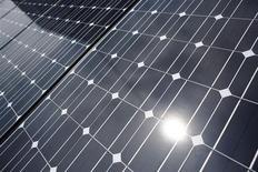 La Commission européenne a ouvert jeudi une enquête à la suite d'une plainte de fabricants de verre solaire, qui affirment que leurs concurrents chinois inondent le marché européen en vendant leurs produits en-dessous de leur prix de revient. /Photo d'archives/REUTERS/Toru Hanai