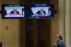 El Ibex-35 mantenía el jueves a media sesión el tono positivo de la apertura, apoyado en los resultados de grandes empresas del selectivo y en la relajación en los mercados de deuda, mientras los inversores tratan de superar la inestabilidad política italiana. En esta imagen de archivo, un agente bursátil en la bolsa en junio de 2012. REUTERS/Susana Vera