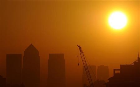The sun rises behind the Canary Wharf business district in London September 30, 2011. (BRITAIN - Tags: CITYSPACE ENVIRONMENT) - RTR2S17R