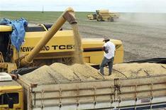 Caminhões ficam alinhados para receber carga de grãos de soja em fazenda, na cidade de Primavera do Leste, no Mato Grosso. O índice de preços ao produtor teve leve queda de 0,04 por cento em janeiro, o primeiro recuo desde fevereiro de 2012 (0,42 por cento) e após alta de 0,41 por cento em dezembro, informou o Instituto Brasileiro de Geografia e Estatística (IBGE). 07/02/2013 REUTERS/Paulo Whitaker