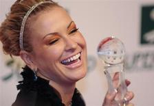 Певица Анастейша держит премию Women's Artist Award после церемонии вручения награды в Вене, 5 марта 2009 года. У американской певицы Анастейши снова обнаружили рак молочной железы - болезнь, которую артистка уже один раз победила в 2003 году. REUTERS/Christian Bruna