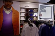 J.C. Penney, qui a fait état mercredi d'une baisse de 31,7% des ventes à magasins constants pour le quatrième trimestre 2012, à suivre jeudi sur les marchés américains. /Photo d'archives/ REUTERS/Shannon Stapleton