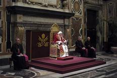 """El papa Benedicto XVI hizo el jueves un llamamiento a la unidad de la Iglesia católica en torno a su sucesor y prometió obediencia """"incondicional"""" al próximo pontífice, en su última jornada al mando del Vaticano antes de renunciar. En la imgen, el pontífice durante una reunión con los cardenales el 28 de febrero de 2013 en el Vaticano. REUTERS/Osservatore Romano"""