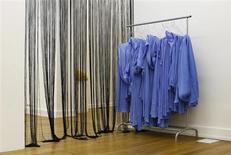 El Tribunal Supremo ha anulado la prohibición de los velos integrales como el burka en los espacios públicos decretada hace tres años por el ayuntamiento de la localidad catalana de Lérida, destacando el peligro de que niegue la integración de las mujeres. En la imagen, varios burkas colgados en una exposición en la galería Nassauischer Kunstverein Wiesbaden en Wiesbaden el 2 de diciembre de 2012. REUTERS/Ralph Orlowski
