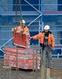 El número de alemanes desocupados cayó en febrero y la tasa de desempleo se mantuvo cerca de mínimos del periodo posterior a la reunificación de las dos alemanias hace más de dos décadas, avivando las esperanzas de que la demanda interna apoye el crecimiento de la mayor economía de Europa. En la imagen, empleados de la constructora alemana Hochtief trabajan en el centro de Hamburgo, el 26 de febrero de 2013. REUTERS/Fabian Bimmer