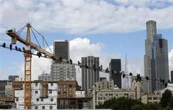 Птицы сидят на линиях телефонной связи около строящихся домов в Лос-Анджелесе 18 декабря 2012 года. Экономика США едва выросла в четвертом квартале, хотя небольшое улучшение показателей импорта позволило правительству пересмотреть первую оценку, которая свидетельствовала об экономическом сокращении. REUTERS/Lucy Nicholson