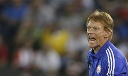 """Técnico da seleção do Líbano, o alemão Theo Bucker, durante jogo eliminatório para a Copa do Mundo contra o Catar, em Doha, em novembro de 2012. Bucker colocou em dúvida sua permanência no cargo, dizendo-se """"arrasado"""" com a punição imposta a 24 jogadores do país por suspeita de participarem da manipulação de resultados em jogos. 14/11/2012 REUTERS/Fadi Al-Assaad"""
