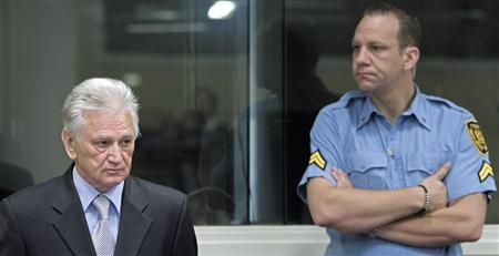 Momcilo Perisic (L), the former chief of staff of the Yugoslav army, enters the court room of the Yugoslavia war crimes court in The Hague, to hear the verdict of the court Sept 6, 2011. REUTERS/Peter Dejong/Pool