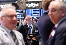 Las acciones estadounidenses abrieron el jueves con pocos cambios al no encontrar los inversores muchas razones para seguir con el rally después de dos días de fuertes subidas y un dato de crecimiento económico más débil de lo previsto. En la imagen, operadores en la Bolsa de Nueva York, el 26 de febrero de 2013. REUTERS/Brendan McDermid