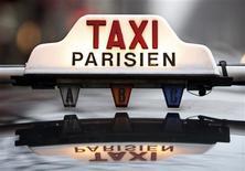 Le gouvernement annonce une réforme du régime des voitures de tourisme avec chauffeur et le gel d'un projet de modification de la loi sur le transport des malades, deux mesures réclamées par les chauffeurs de taxis. /Photo d'archives/REUTERS/Charles Platiau