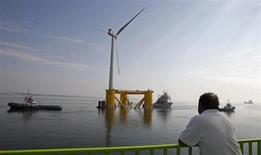 Il pourrait manquer jusqu'à 50 milliards d'euros pour atteindre l'objectif européen sur les parcs éoliens en mer défini pour 2020, selon une étude réalisée par le Boston Consulting Group publiée jeudi. /Photo d'archives/REUTERS/Jose Manuel Ribeiro