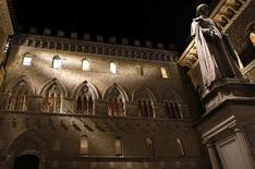 La sede del Monte Dei Paschi, Siena, 24 gennaio 2013. REUTERS/Stefano Rellandini