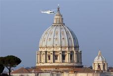 L'elicottero con a bordo Papa Benedetto lascia il Vaticano per la residenza di Castelgandolfo. 28 febbraio 2013. REUTERS/Stefano Rellandini