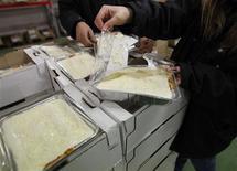 Le ministre de la Consommation Benoît Hamon a annoncé que les plats cuisinés retirés de la vente parce qu'ils contenaient du cheval à la place de boeuf pourront être redistribués aux associations caritatives. /Photo prise le 15 février 2013/REUTERS/Régis Duvignau