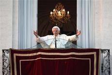 Benoît XVI a effectué jeudi une dernière apparition publique en tant que pape au balcon de la résidence pontificale de Castel Gandolfo, où il a déclaré à la foule rassemblée sous ses fenêtres qu'il entrait dans la dernière phase de sa vie. Sa renonciation prend effet à 20h. /Photo prise le 28 février 2013/REUTERS/ Tony Gentile