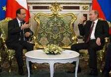 """François Hollande a plaidé jeudi à Moscou pour le renforcement d'une relation qu'il juge """"prometteuse"""" avec la Russie, survolant la question des droits de l'Homme pour ne pas compromettre le dégel engagé avec Vladimir Poutine. /Photo prise le 28 février 2013/REUTERS/Alexander Zemlianichenko/Pool"""