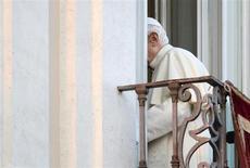 El papa Benedicto XVI abandonó el Vaticano el jueves y se dirigió a la residencia de verano, tras prometer obediencia incondicional al pontífice que lo suceda en la misión de dirigir a la Iglesia católica, que atraviesa uno de los períodos más críticos en sus 2000 años de historia. En la imagen, Benedicto XVI deja el balcón de Castel Gandolfo por última vez en su papado, el 28 de febrero de 2013. REUTERS/Max Rossi