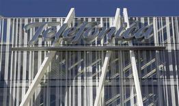 Telefónica dijo el jueves que su beneficio neto bajó en 2012 un 27,3 por ciento hasta 3.928 millones de euros, frente a las previsiones de los analistas, que esperaban un recorte del 19,4 por ciento. Imagen del logo de la empresa en la torre de Telefónica en Barcelona el 31 de enero. REUTERS/Albert Gea