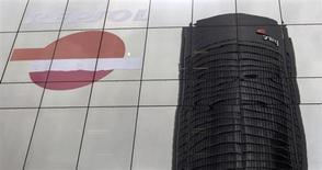 El grupo de construcción Sacyr dijo el jueves que cerró 2012 con unas pérdidas de 977 millones de euros vinculadas a las provisiones por su participación del 10 por ciento en la petrolera Repsol. En la imagen, la torre Sacyr Vallehermoso reflejada en el edificio de Repsol en Madrid, el 13 de abril de 2012. REUTERS/Susana Vera