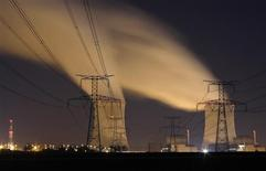 Deux salariés sont morts et un troisième a été grièvement blessé jeudi lors de travaux de maintenance dans le bâtiment du réacteur n°4 de la centrale nucléaire de Cattenom en Moselle. Le réacteur est à l'arrêt pour une visite décennale depuis le 9 février dernier. /Photo d'archives/REUTERS/Vincent Kessler