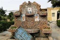 El círculo íntimo del presidente sirio, Bashar el Asad, le ha convencido de que su país es víctima de una conspiración encabezada por un amplio grupo de terroristas, dijo el jueves el enviado de paz de la ONU y la Liga Árabe, Lakhdar Brahimi. En la imagen, retratos destrozados del ex presidente Hafel al Asad (arriba), padre de Basel al Asad (a la izquierda) y el actual presidente, Bashar el Asad (a la derecha) en un mural en una base militar del régimen tomada por combatientes del Ejército Libre Sirio cerca del aeropuerto internacional de Alepo, el 23 de febrero de 2013. REUTERS/Mahmoud Hassano